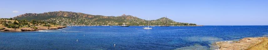 Agay trzymać na dystans panorama w Esterel skał plaży morzu i wybrzeżu Cote Azu Zdjęcie Royalty Free