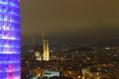 Agbar torn och Sagrada Familia domkyrka, Barcelona, Spanien Royaltyfri Bild