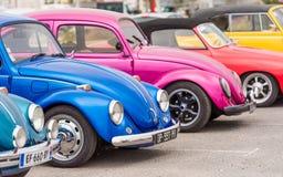 AGDE, FRANCES - 9 SEPTEMBRE 2017 : Groupe de scarabées de Volkswagen exhibés au cours de la 16ème réunion de Volkswagen du ` Agde Image libre de droits