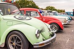 AGDE, FRANCIA - 9 DE SEPTIEMBRE DE 2017: Grupo de escarabajos de Volkswagen exhibidos durante la décimosexto reunión de Volkswage Foto de archivo