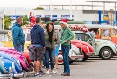 AGDE, FRANCIA - 9 DE SEPTIEMBRE DE 2017: Grupo de personas encendido entre los coches retros Copie el espacio para el texto Fotografía de archivo