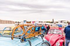 AGDE, FRANCIA - 9 DE SEPTIEMBRE DE 2017: Trineo del ` s del Año Nuevo en coche, exposición Volkswagen Copie el espacio para el te Imagen de archivo