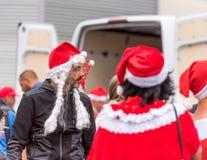 AGDE, FRANCIA - 9 DE SEPTIEMBRE DE 2017: Un hombre en un sombrero del ` s del Año Nuevo en una exposición de los coches retros Vo Imagenes de archivo
