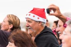 AGDE, FRANCIA - 9 DE SEPTIEMBRE DE 2017: Un hombre en un sombrero del ` s del Año Nuevo en una exposición de los coches retros Vo Fotos de archivo