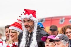 AGDE, FRANCIA - 9 DE SEPTIEMBRE DE 2017: Un hombre en un sombrero del ` s del Año Nuevo en una exposición de los coches retros Vo Foto de archivo libre de regalías