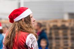 AGDE, FRANCIA - 9 DE SEPTIEMBRE DE 2017: Un hombre en un sombrero del ` s del Año Nuevo en una exposición de los coches retros Vo Imagen de archivo