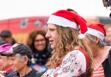 AGDE, FRANCIA - 9 DE SEPTIEMBRE DE 2017: Un hombre en un sombrero del ` s del Año Nuevo en una exposición de los coches retros Vo Fotografía de archivo