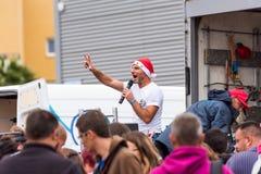 AGDE, FRANCIA - 9 SETTEMBRE 2017: Un uomo con un microfono in scena Copi lo spazio per testo Fotografie Stock Libere da Diritti