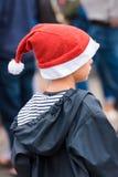 AGDE FRANCJA, WRZESIEŃ, - 9, 2017: Chłopiec w nowego roku kapeluszu przy wystawą retro samochodu wolkswagen Zakończenie pionowo Fotografia Royalty Free