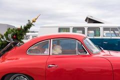 AGDE FRANCJA, WRZESIEŃ, - 9, 2017: Czerwony samochód z choinką Zakończenie Obrazy Stock