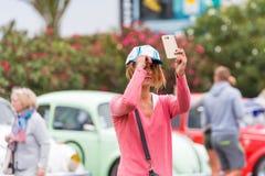 AGDE FRANCJA, WRZESIEŃ, - 9, 2017: Dziewczyna w nakrętce przy wystawą retro samochodu wolkswagena nakrętki d ` Agde Odbitkowa prz Zdjęcia Royalty Free