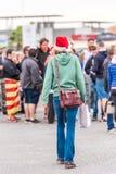 AGDE FRANCJA, WRZESIEŃ, - 9, 2017: Kobieta w nowego roku ` s kapeluszu, Agde, Francja Odbitkowa przestrzeń dla teksta pionowo pio Fotografia Royalty Free