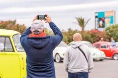AGDE FRANCJA, WRZESIEŃ, - 9, 2017: Mężczyzna bierze obrazki samochody Odbitkowa przestrzeń dla teksta Zdjęcie Stock