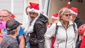 AGDE FRANCJA, WRZESIEŃ, - 9, 2017: Mężczyzna w nowego roku ` s kapeluszu przy wystawą retro samochodu wolkswagen Zakończenie Zdjęcia Royalty Free