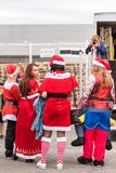 AGDE FRANCJA, WRZESIEŃ, - 9, 2017: Nowego Roku ` s maskarada przy wystawą retro samochodu wolkswagen Odbitkowa przestrzeń dla tek Zdjęcie Royalty Free