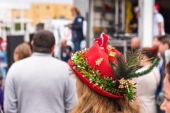 AGDE, FRANKREICH - 9. SEPTEMBER 2017: Frau in einem neues Jahr ` s Hut an der Ausstellung von Retro- Autos Volkswagen Nahaufnahme Lizenzfreie Stockfotos