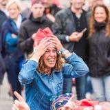 AGDE, FRANKREICH - 9. SEPTEMBER 2017: Frau in einem neues Jahr ` s Hut an der Ausstellung von Retro- Autos Volkswagen Nahaufnahme Stockfotos
