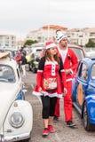 AGDE, FRANKREICH - 9. SEPTEMBER 2017: Leute in neues Jahr ` s Kostümen an der Ausstellung Retro- Autos Volkswagen-Kappe d ` Agde Stockfotos