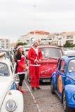AGDE, FRANKREICH - 9. SEPTEMBER 2017: Leute in neues Jahr ` s Kostümen an der Ausstellung Retro- Autos Volkswagen-Kappe d ` Agde  Stockfotografie