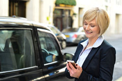 Aged woman using her mobile phone Royalty Free Stock Photography
