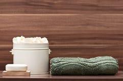 Agencement de savon, d'essuie-main et de fleurs photo stock