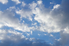 Agencement nuageux dans le ciel bleu Images libres de droits