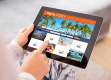 Agenci podróży ` s strona internetowa na pastylka komputerze obrazy royalty free