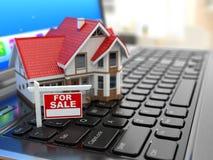 Agencia inmobiliaria real en línea Casa en el teclado del ordenador portátil Imagen de archivo libre de regalías