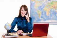 Agencja podróży pracownik opowiada klient na telefonie zdjęcia royalty free