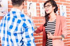Agencyjni pracownicy patrzeje wzorcowych obrazki Zdjęcia Stock