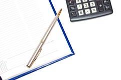 Agenda avec le crayon lecteur argenté Photographie stock libre de droits