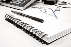 Agenda avec le crayon lecteur et les lunettes Images stock