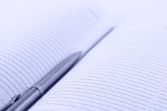 Agenda con una pluma Foto de archivo libre de regalías