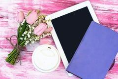 Agenda, een tabletcomputer, een glas koffie en lelies van valle Stock Fotografie