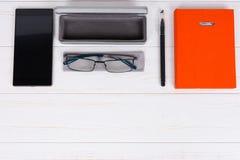 Agenda met een pen, modieuze glazen en een open geval voor glazen dichtbij Royalty-vrije Stock Afbeelding