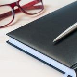 Agenda, pióro i szkła na drewnianym stole, Obraz Stock