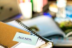 Agenda; Sterta dokumenty i laptop przy pracującym biurkiem Obraz Royalty Free