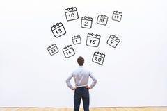 Agendaconcept, zakenman die de kalender bekijken royalty-vrije stock foto