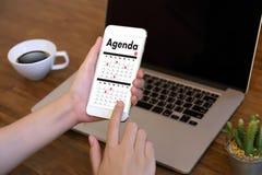 Agendy aktywność na conputer Biznesowym mężczyzna Robi agendzie Informati Zdjęcia Royalty Free