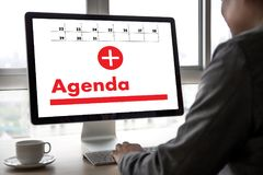 Agendy aktywność na conputer Biznesowym mężczyzna Robi agendzie Informati Zdjęcia Stock