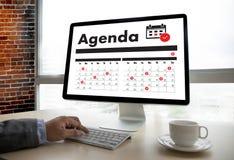 Agendy aktywność na conputer Biznesowym mężczyzna Robi agendzie Informati Obrazy Stock