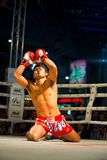 Agenouillement augmenté par bras thaïs Wai Khru de Muay Photo libre de droits