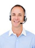 Agent avec du charme de service à la clientèle parlant sur l'écouteur Photo libre de droits