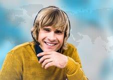 Agent biura podróży w słuchawki przeciw błękitnej mapie Obrazy Stock