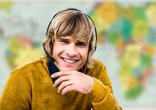 Agent biura podróży w słuchawki przeciw rozmytej mapie Obrazy Royalty Free