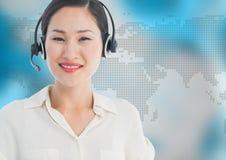 Agent biura podróży z słuchawki przeciw mapie z błękitnym tłem Zdjęcia Stock