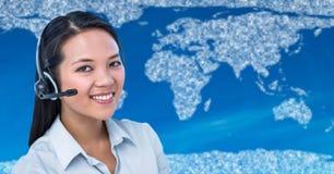 Agent biura podróży z słuchawki przeciw mapie z chmurami i błękitnym tłem Obraz Stock