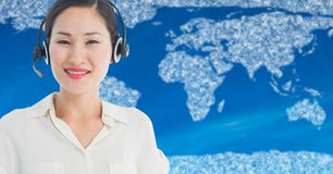 Agent biura podróży z słuchawki przeciw mapie z chmurami i błękitnym tłem Fotografia Stock