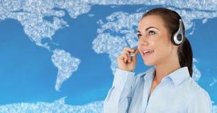 Agent biura podróży z słuchawki przeciw mapie z chmurami i błękitnym tłem Fotografia Royalty Free