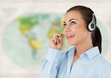 Agent biura podróży z słuchawki przeciw rozmytej mapie Fotografia Stock